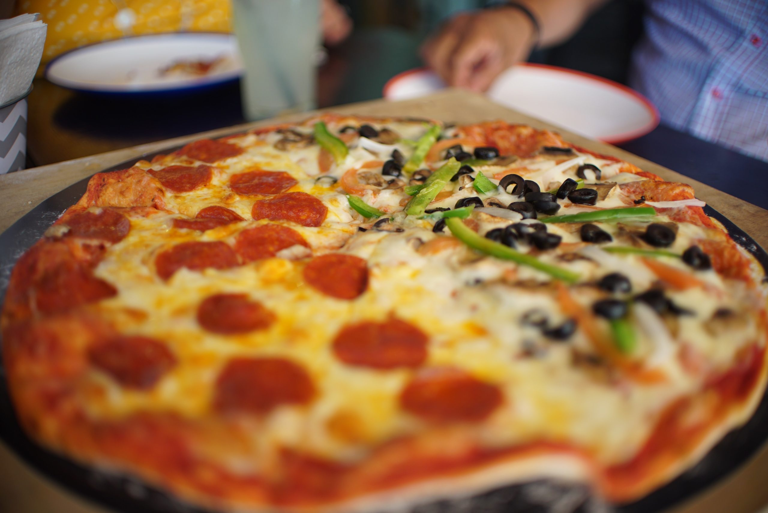 5 Reasons You Should Order Pizza With Your Friends